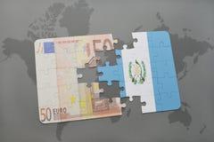 desconcierte con la bandera nacional de Guatemala y del billete de banco euro en un fondo del mapa del mundo Imagen de archivo libre de regalías