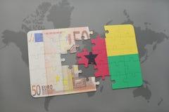 desconcierte con la bandera nacional de Guinea-Bissau y del billete de banco euro en un fondo del mapa del mundo Imagen de archivo
