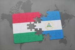 desconcierte con la bandera nacional de Hungría y de Nicaragua en un mapa del mundo Fotos de archivo