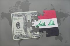 desconcierte con la bandera nacional de Iraq y del billete de banco del dólar en un fondo del mapa del mundo Imagen de archivo libre de regalías