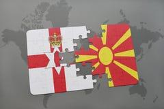desconcierte con la bandera nacional de Irlanda del Norte y de Macedonia en un fondo del mapa del mundo Imagenes de archivo