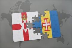 desconcierte con la bandera nacional de Irlanda del Norte y de Madeira en un fondo del mapa del mundo Imagenes de archivo