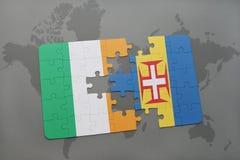 desconcierte con la bandera nacional de Irlanda y de Madeira en un fondo del mapa del mundo Fotografía de archivo