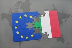 desconcierte con la bandera nacional de Italia y de la unión europea en un mapa del mundo Foto de archivo