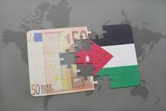 desconcierte con la bandera nacional de Jordania y del billete de banco euro en un fondo del mapa del mundo Foto de archivo libre de regalías