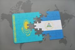 desconcierte con la bandera nacional de Kazajistán y de Nicaragua en un mapa del mundo Imagenes de archivo