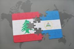 desconcierte con la bandera nacional de Líbano y de Nicaragua en un fondo del mapa del mundo Fotografía de archivo libre de regalías