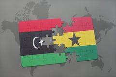 desconcierte con la bandera nacional de Libia y de Ghana en un mapa del mundo Fotos de archivo