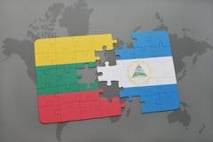 desconcierte con la bandera nacional de Lituania y de Nicaragua en un mapa del mundo Foto de archivo
