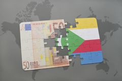 desconcierte con la bandera nacional de los Comoro y del billete de banco euro en un fondo del mapa del mundo Imagenes de archivo