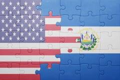 Desconcierte con la bandera nacional de los Estados Unidos de América y de El Salvador Imágenes de archivo libres de regalías