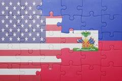 Desconcierte con la bandera nacional de los Estados Unidos de América y de Haití Fotos de archivo