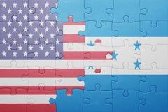 Desconcierte con la bandera nacional de los Estados Unidos de América y de Honduras Foto de archivo