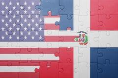 Desconcierte con la bandera nacional de los Estados Unidos de América y de la República Dominicana Fotos de archivo libres de regalías