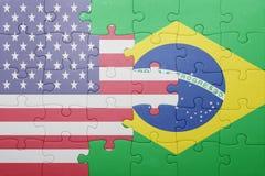 Desconcierte con la bandera nacional de los Estados Unidos de América y del Brasil foto de archivo libre de regalías