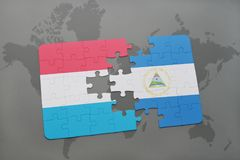 desconcierte con la bandera nacional de Luxemburgo y de Nicaragua en un mapa del mundo Fotos de archivo