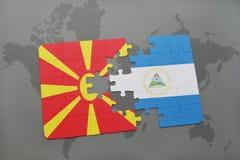 desconcierte con la bandera nacional de Macedonia y de Nicaragua en un mapa del mundo Foto de archivo libre de regalías