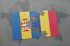 desconcierte con la bandera nacional de Madeira y de Rumania en un fondo del mapa del mundo Foto de archivo