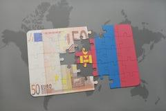 desconcierte con la bandera nacional de Mongolia y del billete de banco euro en un fondo del mapa del mundo Imágenes de archivo libres de regalías