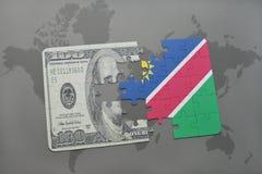 desconcierte con la bandera nacional de Namibia y del billete de banco del dólar en un fondo del mapa del mundo Foto de archivo