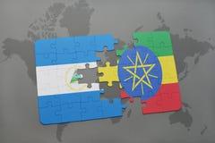 desconcierte con la bandera nacional de Nicaragua y de Etiopía en un mapa del mundo Imágenes de archivo libres de regalías