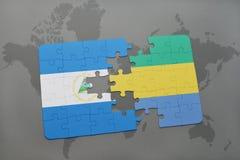 desconcierte con la bandera nacional de Nicaragua y de Gabón en un mapa del mundo Imagen de archivo