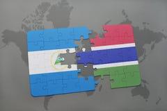 desconcierte con la bandera nacional de Nicaragua y de Gambia en un mapa del mundo Imagen de archivo libre de regalías