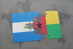 desconcierte con la bandera nacional de Nicaragua y de Guinea-Bissau en un mapa del mundo Fotos de archivo libres de regalías