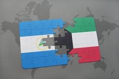 desconcierte con la bandera nacional de Nicaragua y de Kuwait en un mapa del mundo Fotografía de archivo libre de regalías