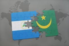 desconcierte con la bandera nacional de Nicaragua y de Mauritania en un mapa del mundo Fotos de archivo
