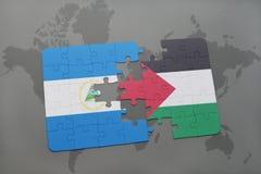 desconcierte con la bandera nacional de Nicaragua y de Palestina en un mapa del mundo Fotos de archivo libres de regalías