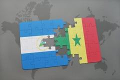 desconcierte con la bandera nacional de Nicaragua y de Senegal en un mapa del mundo Imagenes de archivo