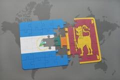 desconcierte con la bandera nacional de Nicaragua y de Sri Lanka en un mapa del mundo Imágenes de archivo libres de regalías