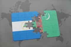 desconcierte con la bandera nacional de Nicaragua y de Turkmenistán en un mapa del mundo Fotografía de archivo libre de regalías