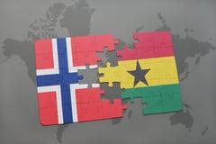 desconcierte con la bandera nacional de Noruega y de Ghana en un mapa del mundo Imagenes de archivo