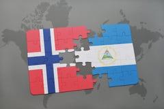 desconcierte con la bandera nacional de Noruega y de Nicaragua en un mapa del mundo Imagenes de archivo