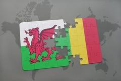 desconcierte con la bandera nacional de País de Gales y de Malí en un mapa del mundo Imagen de archivo