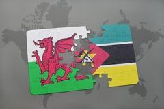 desconcierte con la bandera nacional de País de Gales y de Mozambique en un mapa del mundo Fotos de archivo