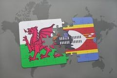 desconcierte con la bandera nacional de País de Gales y de Swazilandia en un mapa del mundo Fotos de archivo libres de regalías