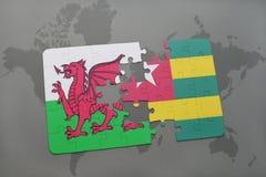 desconcierte con la bandera nacional de País de Gales y de Togo en un mapa del mundo Imagenes de archivo