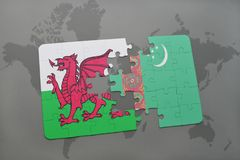 desconcierte con la bandera nacional de País de Gales y de Turkmenistán en un mapa del mundo Fotos de archivo libres de regalías