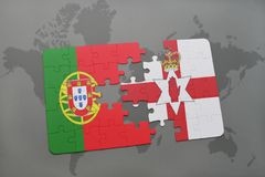 desconcierte con la bandera nacional de Portugal y de Irlanda del Norte en un fondo del mapa del mundo Foto de archivo libre de regalías