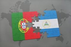 desconcierte con la bandera nacional de Portugal y de Nicaragua en un fondo del mapa del mundo Fotografía de archivo