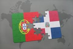 desconcierte con la bandera nacional de Portugal y de la República Dominicana en un fondo del mapa del mundo libre illustration