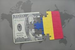 desconcierte con la bandera nacional de Rumania y del billete de banco del dólar en un fondo del mapa del mundo Fotografía de archivo libre de regalías