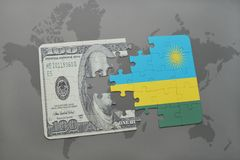 desconcierte con la bandera nacional de Rwanda y del billete de banco del dólar en un fondo del mapa del mundo Imagen de archivo