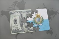 desconcierte con la bandera nacional de San Marino y del billete de banco del dólar en un fondo del mapa del mundo Imágenes de archivo libres de regalías
