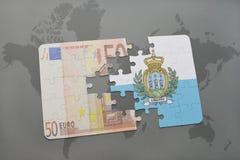 desconcierte con la bandera nacional de San Marino y del billete de banco euro en un fondo del mapa del mundo Fotos de archivo