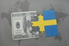 desconcierte con la bandera nacional de Suecia y del billete de banco del dólar en un fondo del mapa del mundo Imágenes de archivo libres de regalías