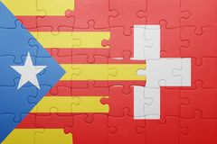 desconcierte con la bandera nacional de Suiza y de Cataluña Imagen de archivo libre de regalías